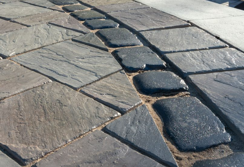 Closeup of Elegance pavers: Richcliff patio with Courtstone border