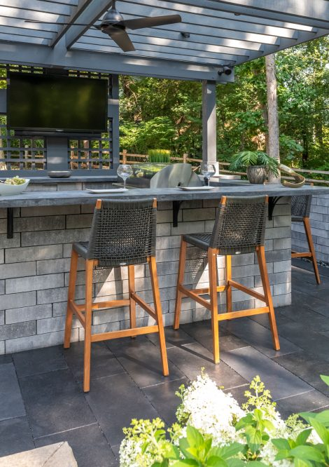 Contemporary Unilock outdoor kitchen with Natural Stone patio and Lineo Dimensional Stone walls